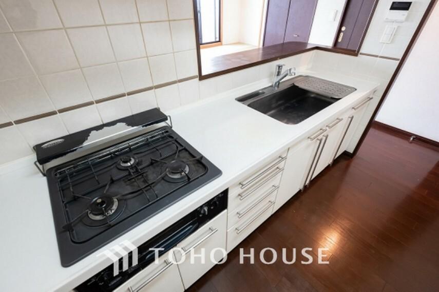 キッチン ~キッチン~ お料理が効率的に捗る3口コンロを採用したキッチンです。窓が設置されている為通気性もよく、収納も充実した造り。使い勝手の良いキッチンとなっております。
