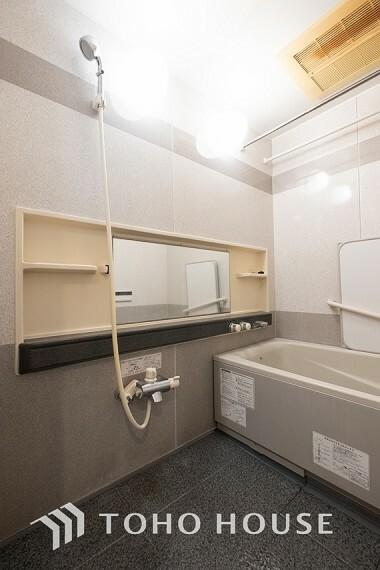 浴室 ~浴室~ 白を基調とした、シンプルながらも清潔感の溢れる浴室には、追い炊き機能・浴室乾燥機付き。もちろん、小さなお子様と入っても広々使えて、癒しのバスタイムになりますよ。