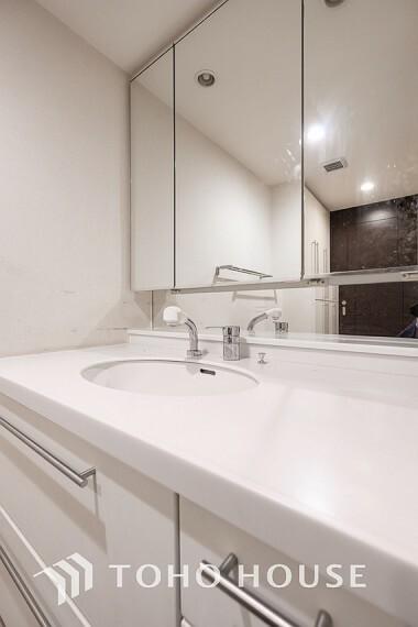 洗面化粧台 ~洗面台~ 収納力と機能性に優れたお手入れラクラク洗面化粧台。大きな鏡で毎日の身支度もスムーズになります。