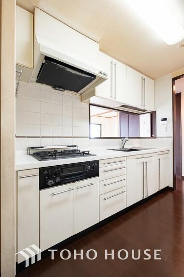 キッチン ~キッチン~ 大型の冷蔵庫やレンジボードもしっかり置ける広々としたキッチンスペースが大事。ゆとりある空間で作業ができるとお料理の腕も日に日に上がりそうな気がしてきます。