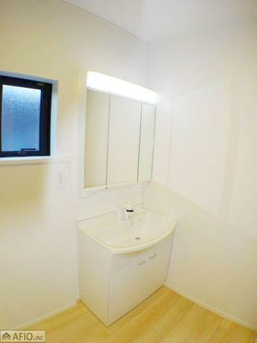 洗面化粧台 シャワー付き三面鏡洗面台。収納スペースがあり、小物がスッキリ片付きます。
