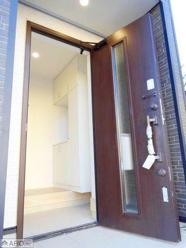 玄関 重厚感のある玄関ドア。