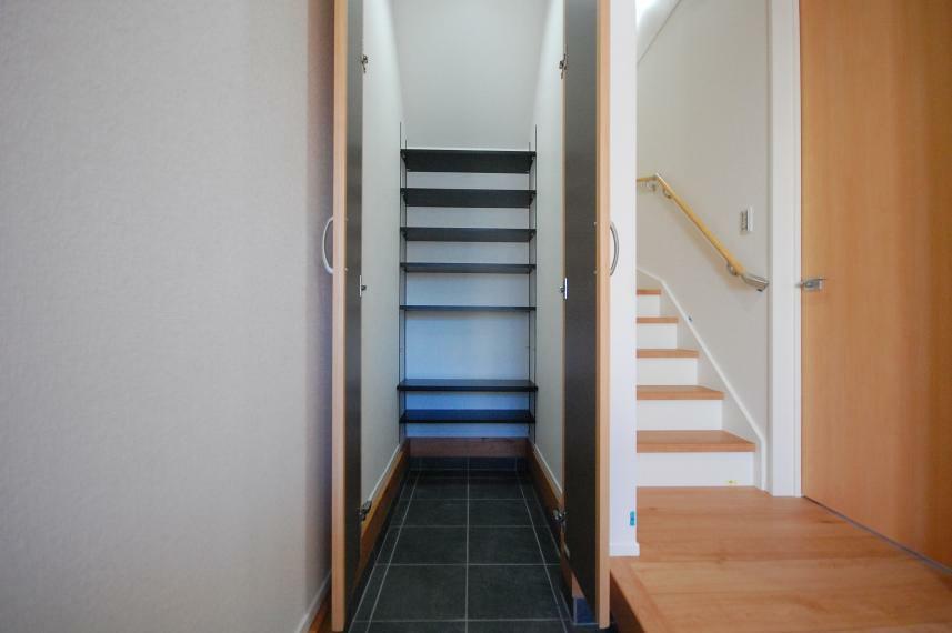 収納 A棟/土間収納(SCL)の棚は可動式。ブーツや長靴もピッタリの高さに設定してスペースに無駄をつくらず収納できます。