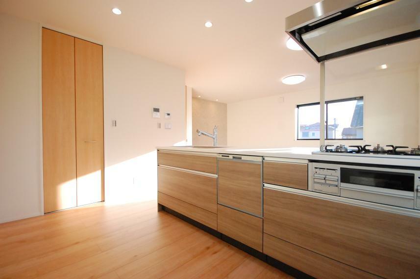 キッチン A棟/キッチンのコンロ脇には、明るさと風通しを考えてバルコニーに出られるガラス戸の勝手口を設けました。キッチンクロスを干したりゴミ箱を置くことができ、毎日の調理が快適・スムーズに。