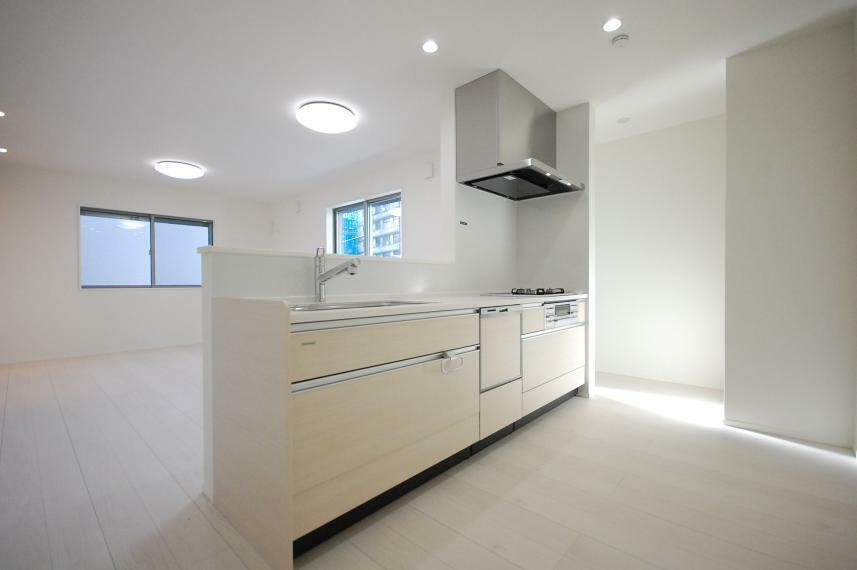 キッチン B棟/キッチン背面には広いスペースを設けました。大容量のカップボードを設置することができ、スッキリと片付いたキッチンをキープできます。