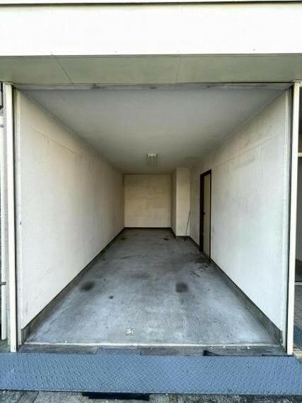 駐車場 シャッター付き車庫