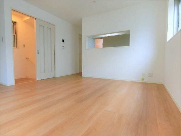 リビングダイニング 収納重視でキッチン吊戸棚を採用。1階と3階は引き戸の出入り口。