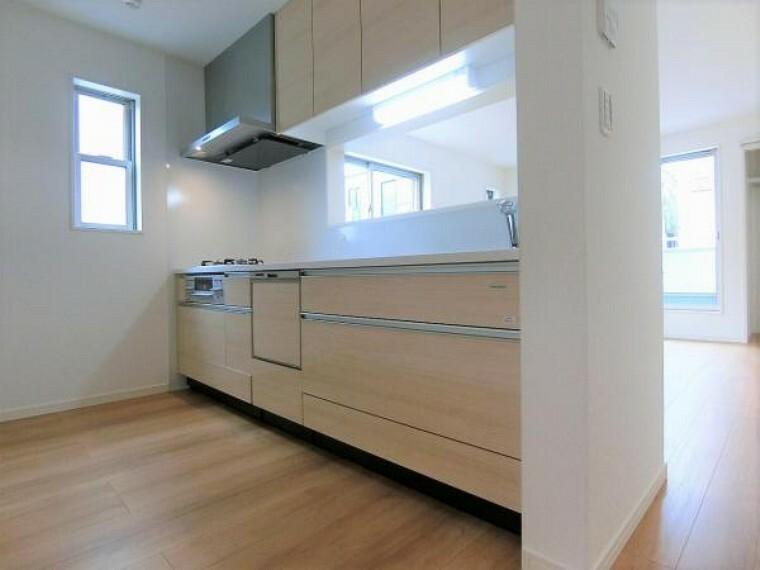 キッチン タカラスタンダードのシステムキッチンはマグネットが使えるホーローパネル仕様。