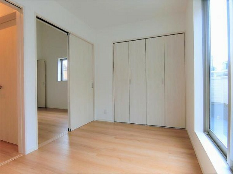 洋室 南側5帖の洋室。大型クローゼット付き。