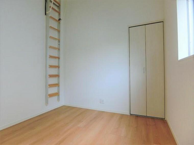 洋室 中部屋5.25帖の洋室。約3帖のロフト付き。