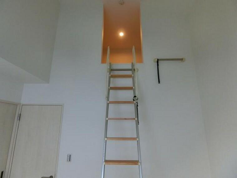 収納 勾配天井仕上げに照明付きロフト収納有り。