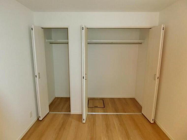 収納 1階納戸6帖はご覧のクローゼット付きで主寝室にも最適。