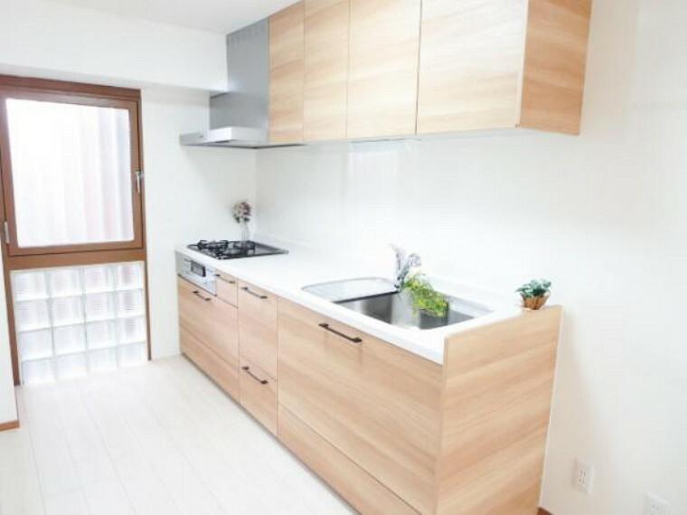 キッチン 【リフォーム済】新品EIDAI製システムキッチンを設置しました。収納はたっぷり入り便利な引出式で、天板は人工大理石で傷付きにくく使いやすいですよ。水切りプレート・浄水栓付です。