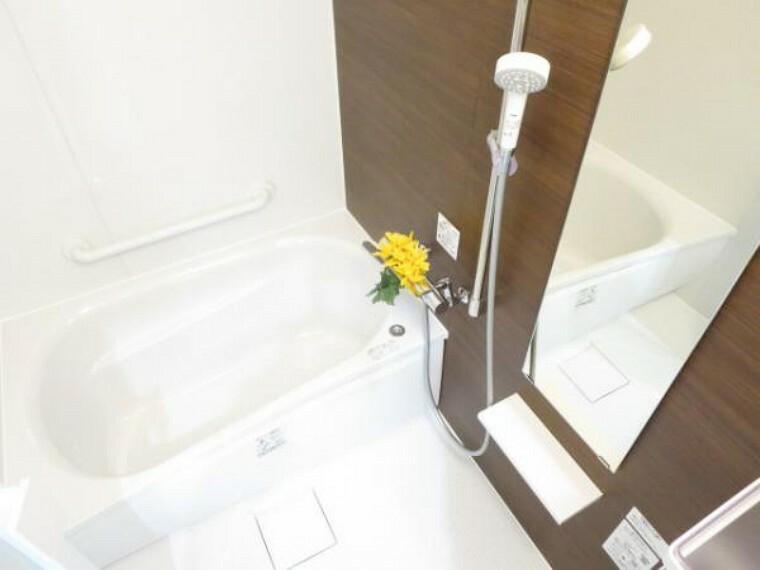 浴室 【リフォーム済】浴室は0.75坪サイズのTOTO製のユニットバスを新設しました。シャワーはスライドバーで高さ調整が自在。節水もできて経済的です。