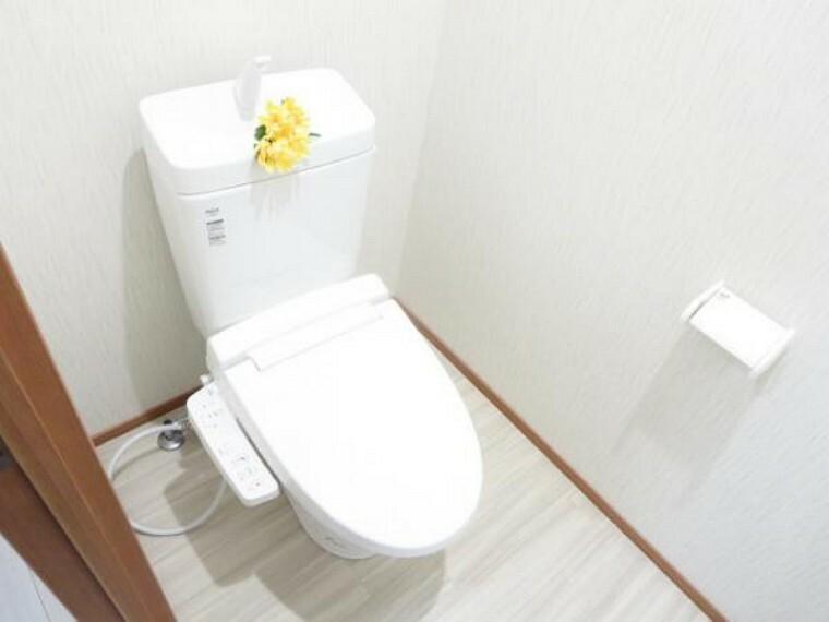 トイレ 【リフォーム済】気持ち良くお使い頂く為、新品リクシル製の便器・便座に交換しました。もちろん温水洗浄付き便座ですので、季節を問わず快適です。クッションフロアー床・天井・壁クロス張り替えました。