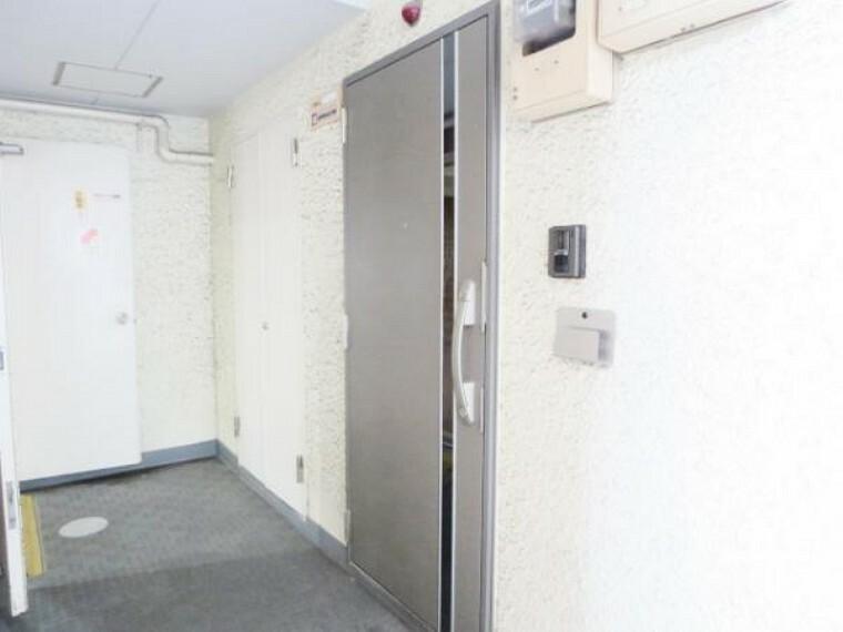 【ドアホン】マンション共有のオートロックインターホンはありませんので、各戸ごとの対応になっています。ドアホンは新品交換。TVモニター付ですので、来訪者があっても分かりやすく安心。