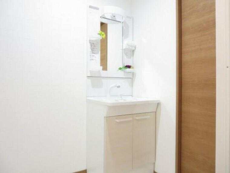 洗面化粧台 【リフォーム済】新品TOTO製の幅600ミリの洗面化粧台です。コンパクトですが、収納棚は簡単に取り外せて洗えるのでいつも清潔に使用できます。水栓金具は、シングルレバー混合水栓です。