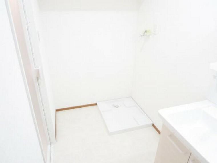洗面化粧台 【リフォーム済】洗面脱衣所です。床は耐水性の高いクッションフロアを張り・天井・壁クロス張り替え済みです。そして、新品交換済の洗濯パンがあり洗濯機置きスペースも確保されています。