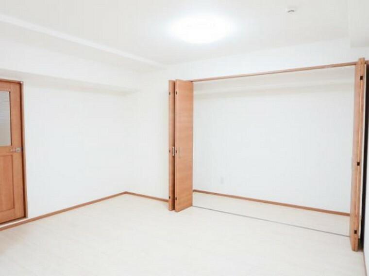 収納 【リフォーム済】和室の壁を抜いて、リビングを拡張して、東側一面に収納スペースをつくりました。棚・ハンガーポールは付けていませんので、使い方色々できますよ。
