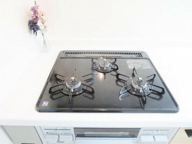 キッチン 【リフォーム済】3口あるコンロの同時進行で時間短縮。大きなお鍋を置いても困らない広さ。ワンタッチ着火で押すだけ。火力調整もレバーで簡単。お手入れ簡単で吹きこぼしてもお掃除ラクラク。