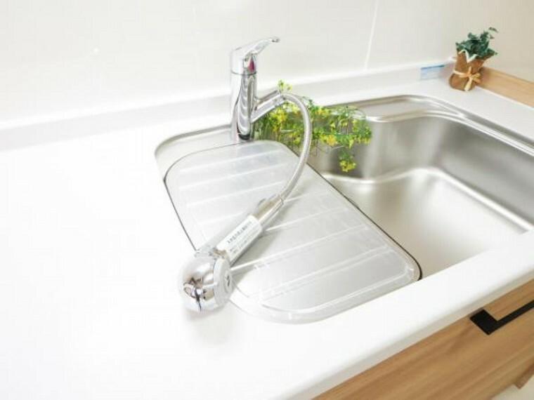 キッチン 【リフォーム済】新品交換したEIDAI製キッチンの水栓金具はシャワータイプの混合水栓で、タガキ製浄水機能付きなので、カートリッジも定期的に購入でき安心してお使いいただけます。