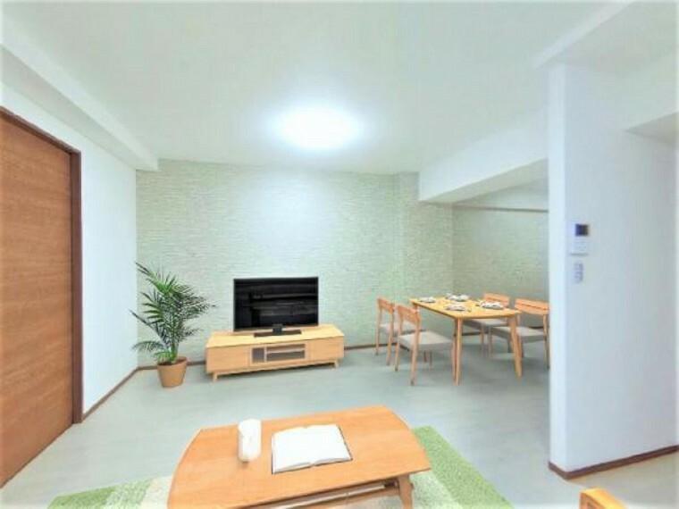 居間・リビング 価格には消費税、リフォーム費用を含みます。自社物件につき随時ご案内可能。内覧希望の方はお電話ください。画像は実際の写真に家具や調度品をCG合成したものです。【リフォーム済】ダイニングと和室の壁を抜いて拡張。床・天井・壁張替えました。