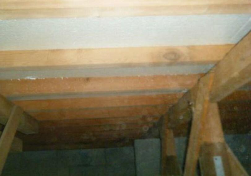 構造・工法・仕様 床下写真。中古住宅の3大リスクである、雨漏り、主要構造部分の欠陥や腐食、給排水管の漏水や故障を2年間保証します。その前提で床下まで確認の上でリフォームし、シロアリの被害調査と防除工事も行います。