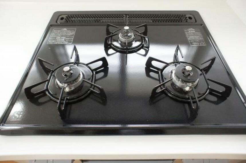 キッチン 【同仕様写真】3口あるコンロで同時進行でき時間短縮。ワンタッチ着火で押すだけ、火力調整もレバーで簡単。お手入れ簡単なコンロなのでうっかり吹きこぼしてもお掃除ラクラク。