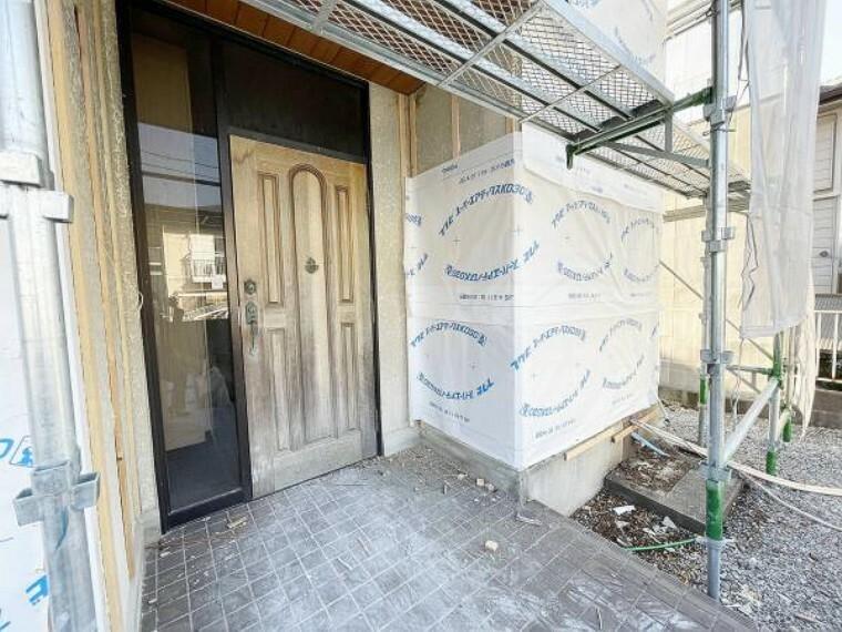 玄関 【リフォーム中2/6写真】玄関写真。玄関扉は交換、ポーチタイルはクリーニングを行います。