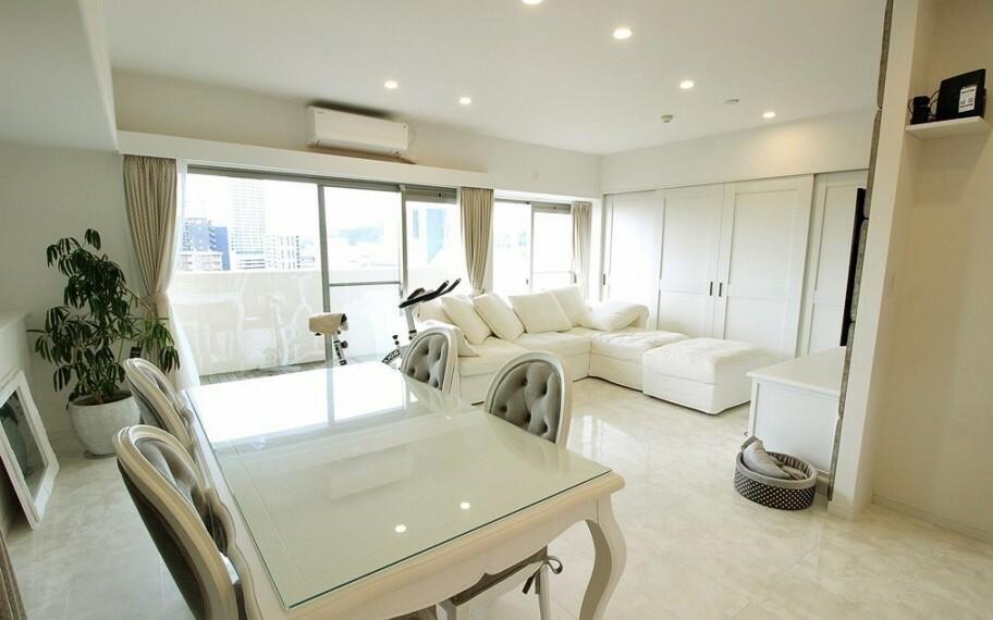 居間・リビング 明るく開放感のあるLDK。白が基調のため日光だけでもとても明るいですね。