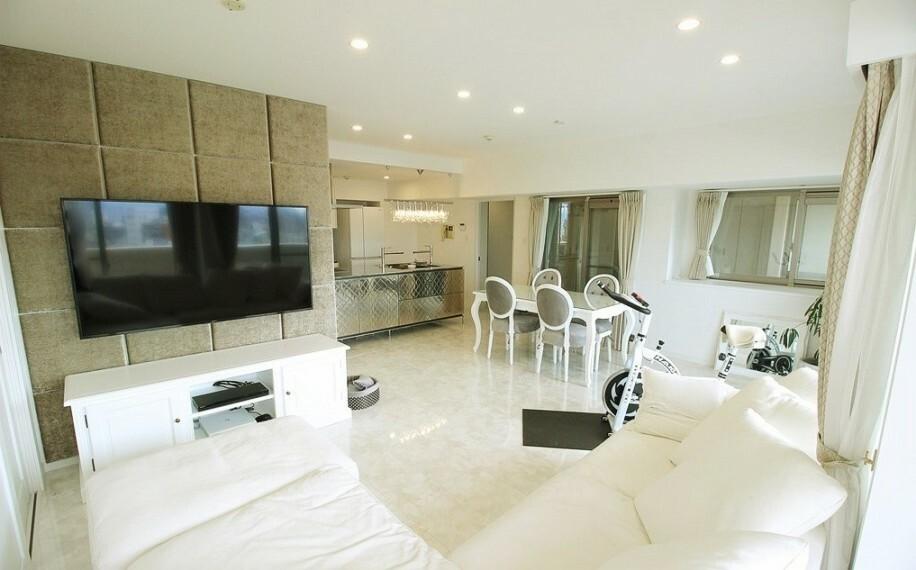 居間・リビング 照明や壁紙・床等にこだわり、お洒落な空間になっています。