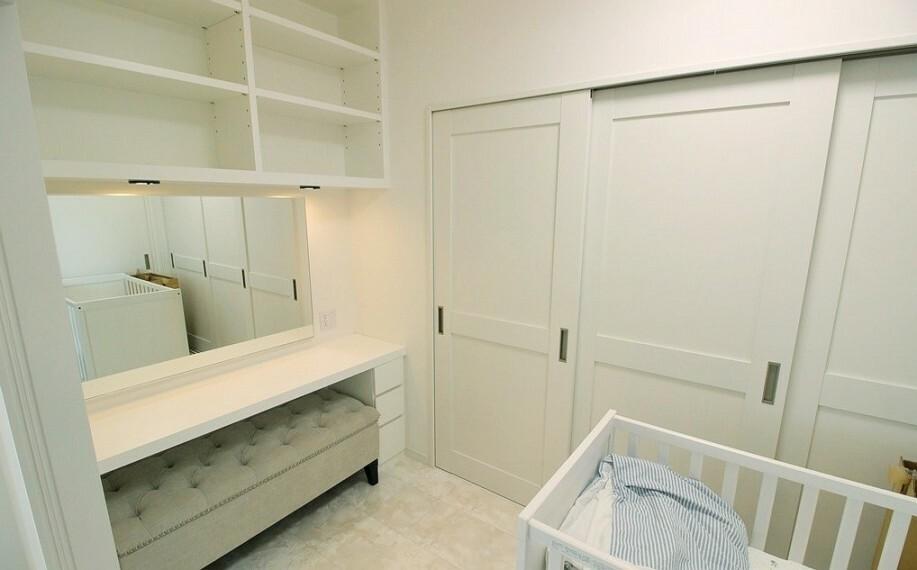 お仕事はもちろん、趣味のスペースとしてもお使い頂けるテレワークルーム。大型の収納があるのも便利ですね