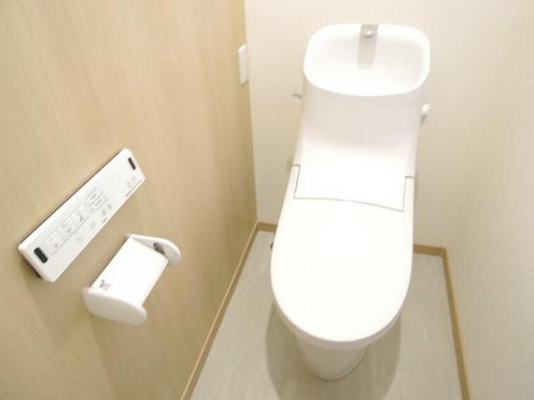 トイレ 【リフォーム済】トイレはリクシル製の温水洗浄機能付きに新品交換しました。キズ、汚れに強く、銀イオンパワーで細菌の繁殖も抑えます。フチレスでお掃除もラクです。節水機能付きなのでお財布にも優しいですよ。