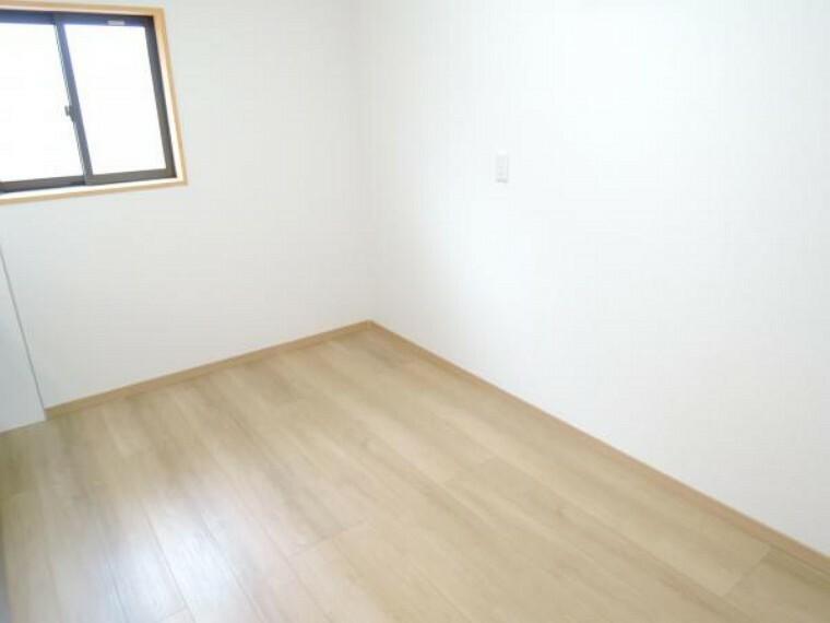 洋室 【リフォーム済】キッチンの後ろは約4帖くらいのスペースがありますので電子レンジや食器棚も置けますね。