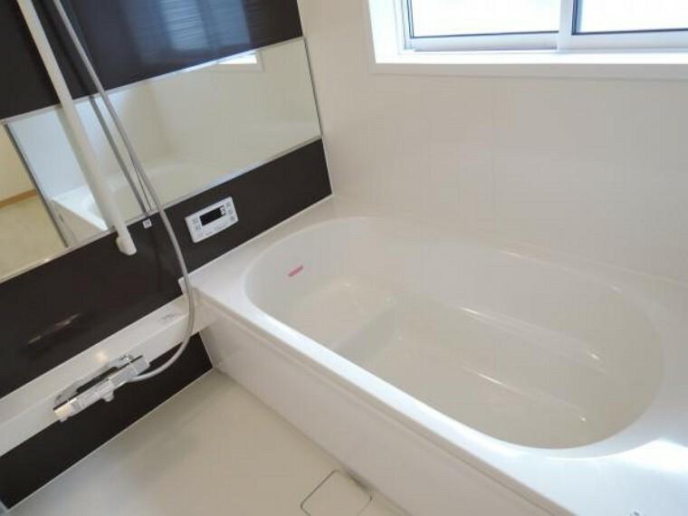 浴室 【リフォーム済】浴室はハウステック製の新品のユニットバスに交換しました。フロントパネルはおしゃれで飽きのこないウェーブブラウンです。浴槽は足をゆったり伸ばせて半身浴もでき、節水も叶えるベンチ付き形状です。1日の疲れをゆっくり癒すことができますよ。床はすべりにくく、翌朝にはカラッと乾きますので、寒い朝のシャワーもホットしますね。