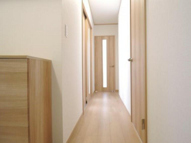 【リフォーム済】1階廊下の床はフローリング重ね張り、壁・天井はクロスを張替えました。照明器具は薄型の小型シーリングを新設しましたので天井がスッキリとして解放感があります。