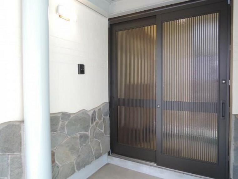 玄関 【リフォーム済】玄関扉はリクシル製の引き戸に新品交換しました。照明も新品交換しましたのでお家の顔としての存在感が引き立ちますね。