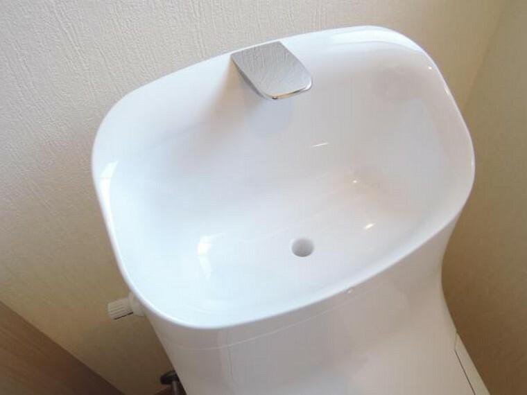 トイレ 【リフォーム済】2階東南側洋室にはトイレも有ります。1階と同じリクシル製の新品トイレです。タンクには手の洗いやすい広くて深い手洗鉢が付いています。どちらのトイレを使っても同じ機能なのでストレス無く使えそうですね。