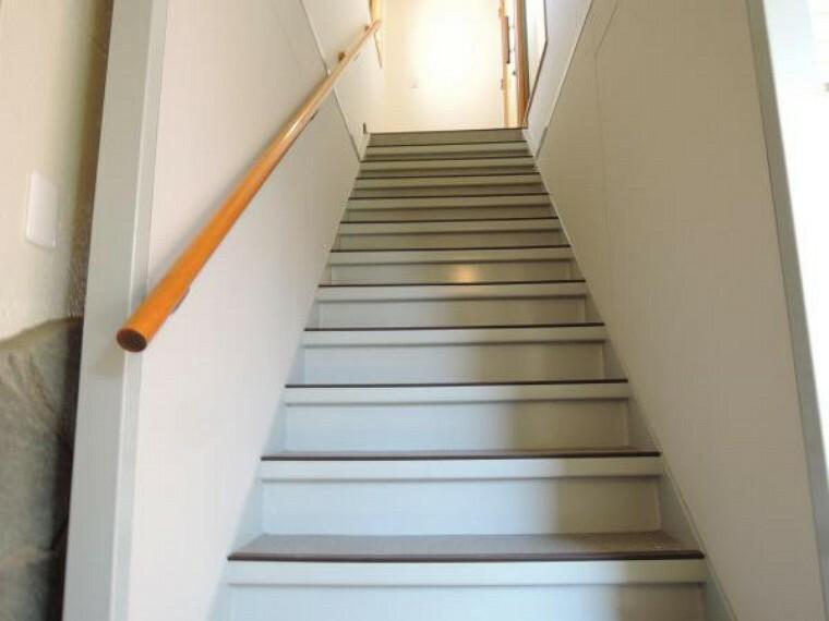 【リフォーム済】2階の店舗につながる階段です。自営業などをなさる方にはお客様用としてのご利用や、公私使い分けしたい場合にも便利です。鍵交換をしておりますので外出の際の出入りにも利用出来ます。