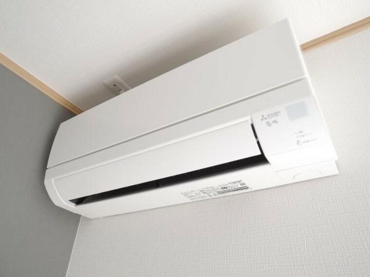 冷暖房・空調設備 【リフォーム済】リビングにはエアコンを取り付けました。他のお部屋にもエアコンの新設をご希望のお客様には、売買代金にプラスしてご契約頂くことも可能です。ご入居後に工事をする煩わしさが無く、また住宅ローンに組み込めて便利ですよ。