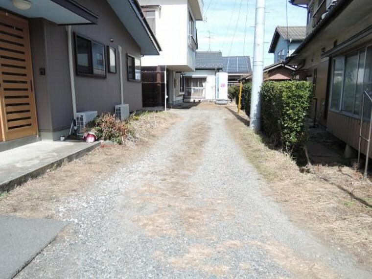 現況写真 住宅の裏(東側)の私道を通って県道から出入りすることも可能です。