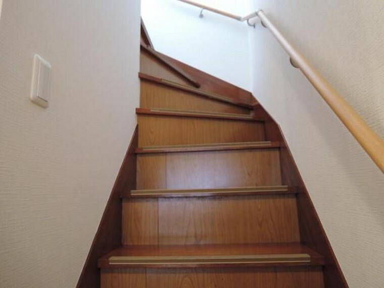【リフォーム済】階段は塗装し、壁・天井クロス張替え、照明交換しました。白いクロスに新しい照明器具で雰囲気が変わりましたよ。手すりを新設しましたのでお子様やご高齢の方にも安心ですよ。
