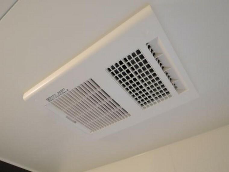 冷暖房・空調設備 【リフォーム済】浴室には暖房換気乾燥機がついております。これで寒い日のシャワーも、ご高齢の方にも嬉しいですね。お洗濯の乾きにくい雨の日や翌朝までに乾かしたい時にも便利ですよ。