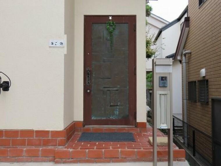 玄関 モニター付インターホンがあるので防犯面も安心ですね
