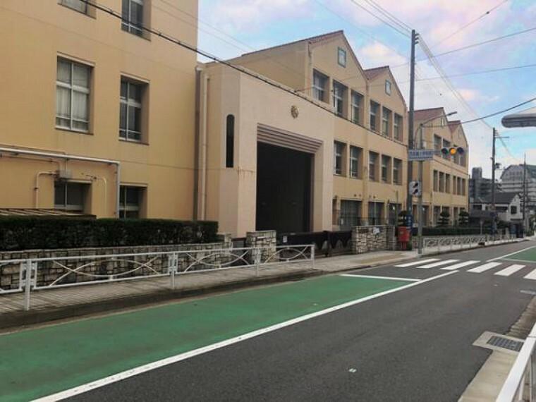 小学校 神戸市立西須磨小学校!住宅街に囲まれており、公園や幼稚園も近くにあります!駅も近く、バス停も目の前とアクセス良好!保護者用駐輪場もあり、授業参観や運動会などの際にも便利ですね!