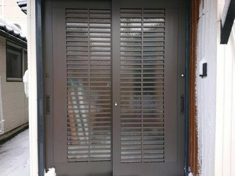 玄関 【リフォーム済】玄関の様子です。今回のリフォームで玄関戸の交換を行いました。玄関はお家の顔になるので、玄関戸が新しくなるとお家全体が引き締まりますね。
