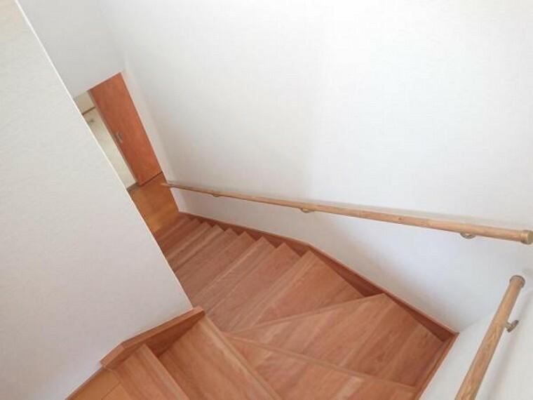 こちらは階段の様子です。急だった階段を壊し、今回のリフォームで架け替えを行いました。手すりの設置も行い、どなたでも安心して昇り降りができます。