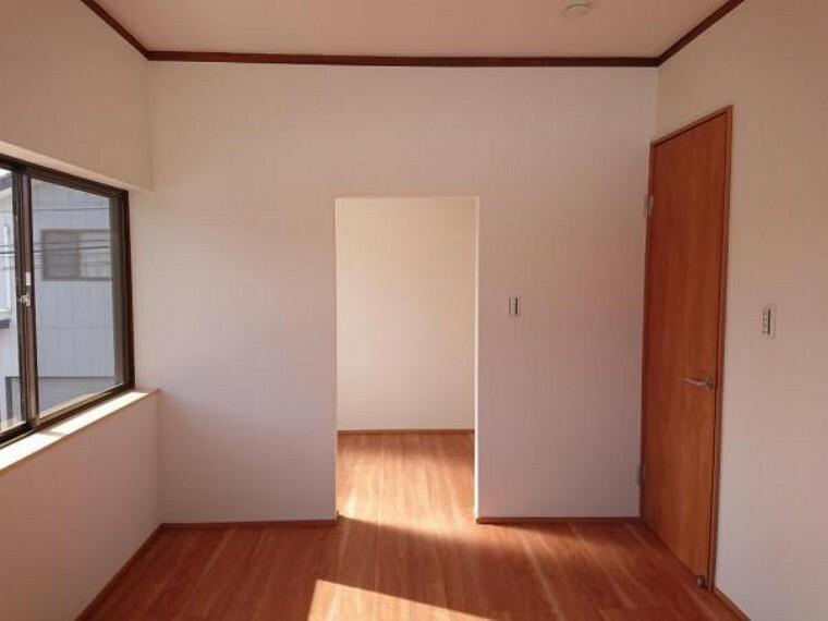 洋室 こちらは2階7畳洋室とウォークインクローゼットの様子です。南側に窓がある明るい空間になっています。東側にも窓があるので、風通しもいいですよ。