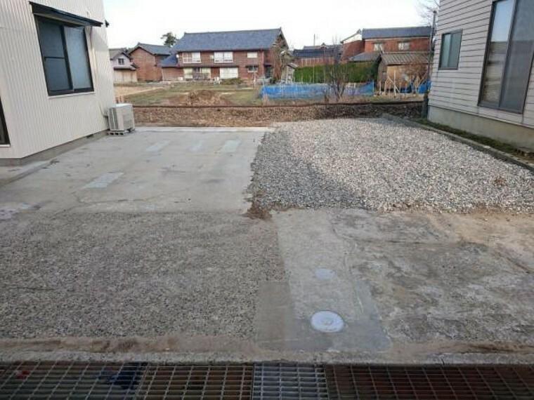 外観写真 こちらは駐車場の様子です。今回のリフォームで、車庫、庭の解体を行いゆったり駐車のできるスペースをつくりました。