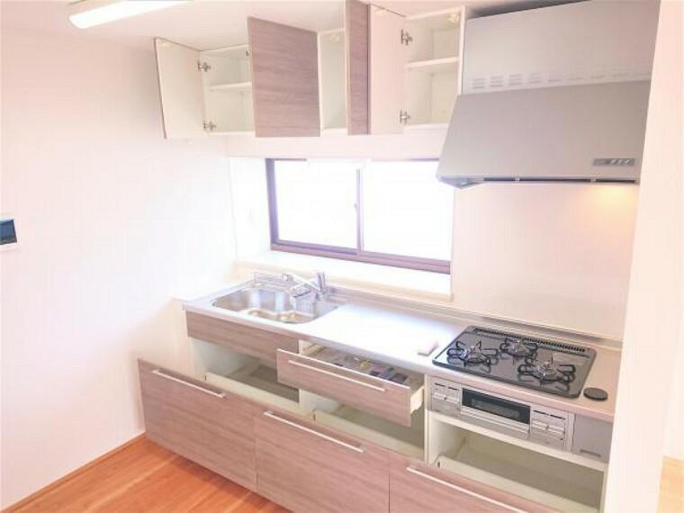 キッチン 【リフォーム済】キッチンはハウステック製の新品に交換しました。3口コンロで大きなお鍋を置いても困らない広さです。お手入れ簡単なコンロなのでうっかり吹きこぼしてもお掃除ラクラクです。